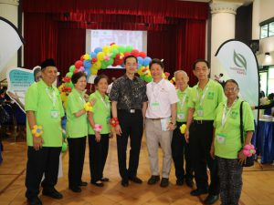 Dr Koh Poh Koon, Minister of State for Ministry of Trade & Industry and Ministry of National Development, with RSVP President Koh Juay Meng (in white) and RSVP's volunteers.